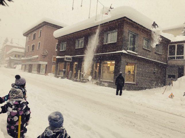 Überhängender Schnee im Troitoir berreich, dieser musste abgeschaufelt werden um Personenschaden zu verhindern.